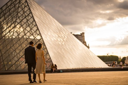 The Lourve is an amazing location for a sunset photoshoot in Paris