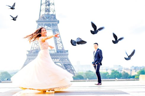 Pigeons fly during a Pre-Wedding Photoshoot in Paris